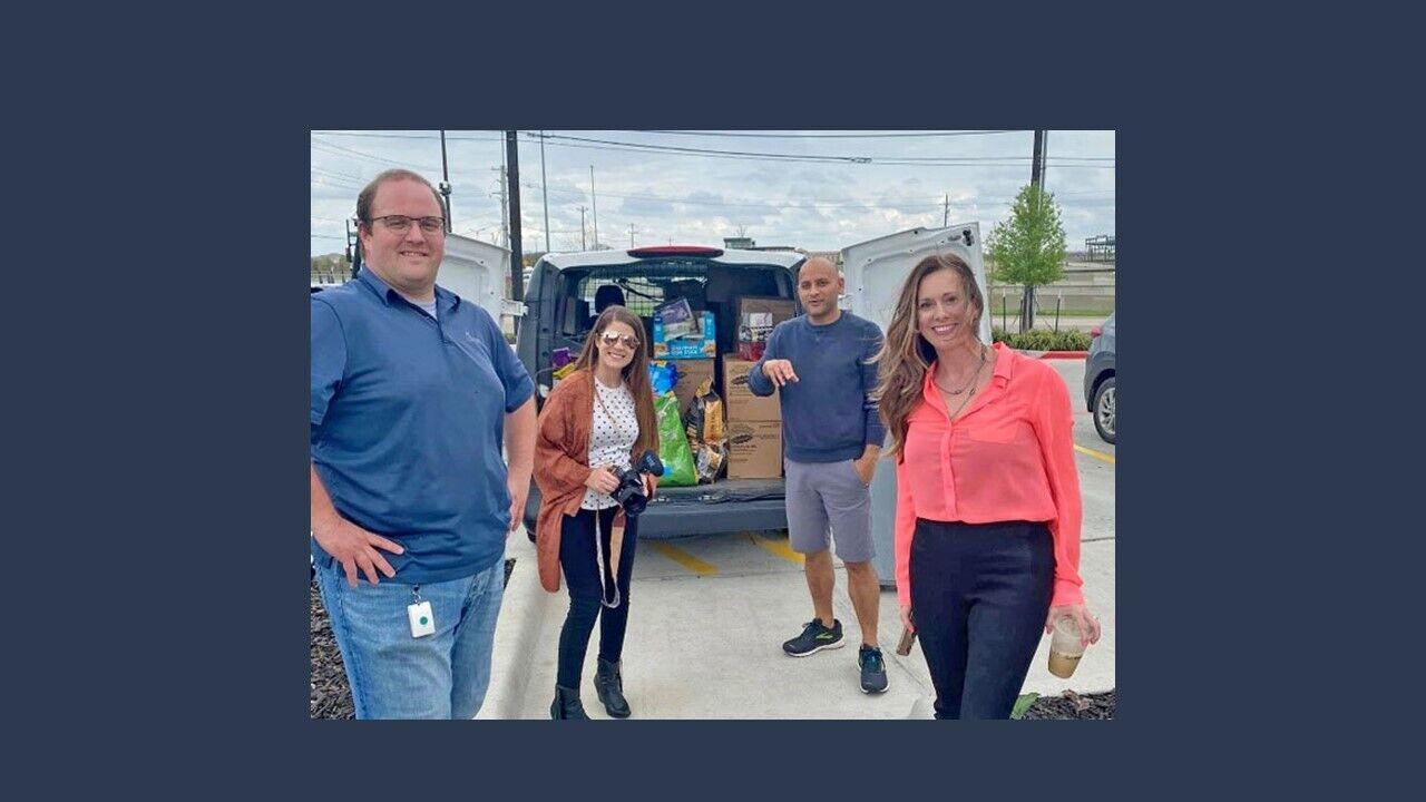员工们正在为北德克萨斯救济食品储藏室收集物品