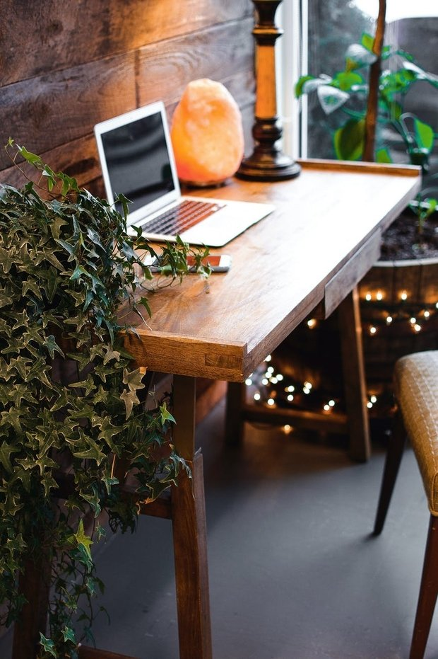 laptop on desk with himalayan salt lamp