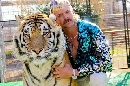 joe exotic hugging tiger